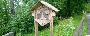 Großes Sechseckiges Bienenhotel auf einer Wiese