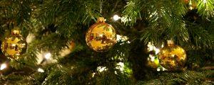 Goldene Weihnachtsbaumkugeln an einem Weihnachtsbaum