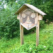 Insektenhotel aus Holz in einem wilden Garten