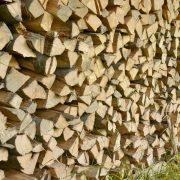 Gespaltenes und gestapelts Holz