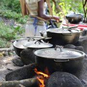 Kochtöpfe auf einem Holzfeuer