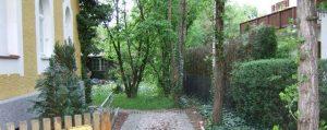 Garten mit verschiedenen Bäumen