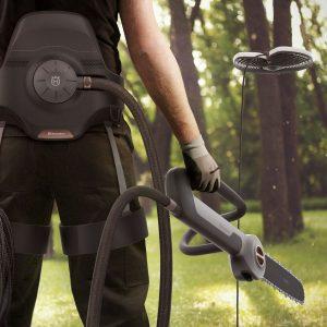 Grafik eines modernen Baumpfleger mit Gurt, Säge und Drohne