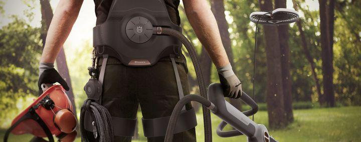 Baumpfleger mit elektrischen Baumgurt, Säge und Drohne