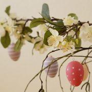 Eier an einem Straus aus Zweigen