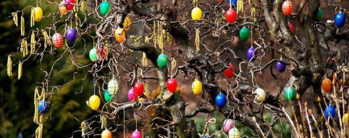 Ostereier an den Zweigen eines Baumes