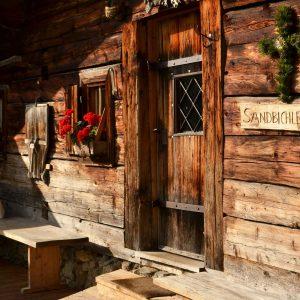 Tür und Fenster eines alten Holzhauses