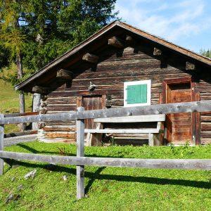 Alte knochige Berghütte aus Holz