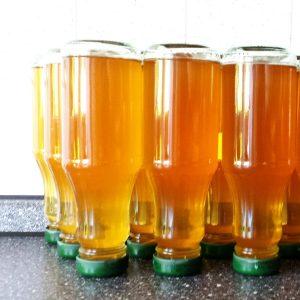Mehrere Flaschen mit einer goldgelben Flüssigkeit