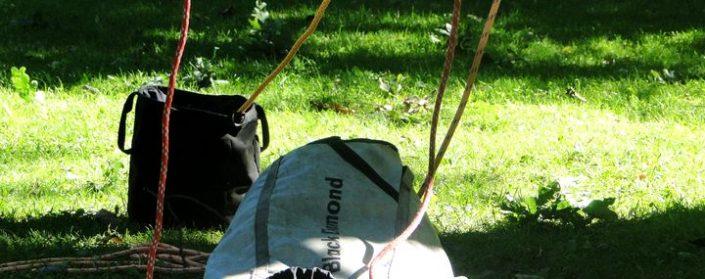 Klettersäcke mit Seilen die nach oben gehen