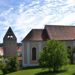 Kirchenschiff und alter Glockturm