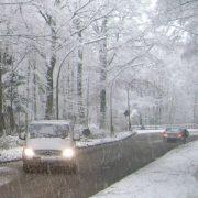 Landstraße bleibt bei starken Schneefall durch den Einsatz von Salz frei