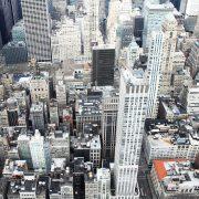 Eine Stadt ohne Grün. Nur graue Gebäude und Hochhäuser
