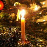 Kerze auf einem Weihnachtsbaum