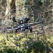 Eine kleine Drohne ist durch ein Schutzgitter geschützt