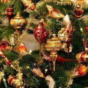 Mit Zapfen, Kugeln und Vögeln geschmückter Weihnachstbaum