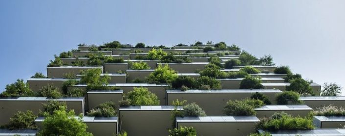 Hochhaus mit Terassen voller Bäumen