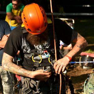 Ein Mann in Kletterausrüstung hängt sich in ein Seil