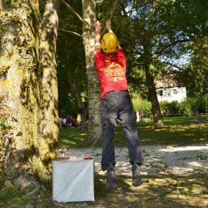 Ein Man wirft eine dünne Leine in den Baum