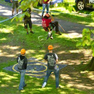 An Mann an einem Seil springt in Richtung eines Zielkreises