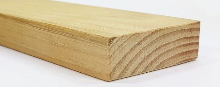 Holzstück der Esskastanie mit typischer Masserung