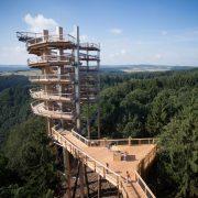 Holzturm im Wald