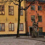 Baum an einer Straße ist bis zum Stamm von Steinen umgeben.