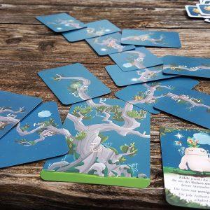 Kodama-Baum aus Karten gelegt auf einem Holztisch