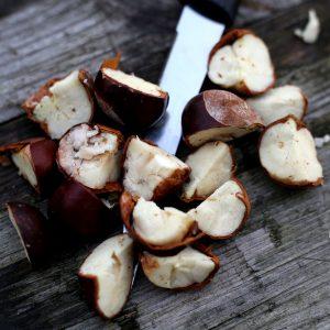 geschnittene Kastanien auf einem Holztisch