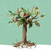 Baum aus Papier mit bunten Blättern