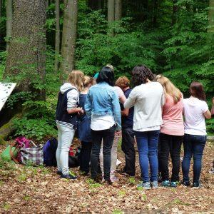 Jugendgruppe im Wald.